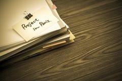 Πρόγραμμα στο Παρίσι  Ο σωρός των επιχειρησιακών εγγράφων σχετικά με το γραφείο Στοκ εικόνες με δικαίωμα ελεύθερης χρήσης