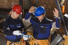 πρόγραμμα onstruction που διαβάζει τον εργαζόμενο δύο Στοκ φωτογραφίες με δικαίωμα ελεύθερης χρήσης