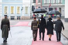 Πρόεδρος της Λετονίας Raimonds Vejinis και της πρώτης κυρίας της Λετονίας, Iveta Vejone, που περιμένει τους βασιλικούς φιλοξενουμ στοκ φωτογραφία με δικαίωμα ελεύθερης χρήσης