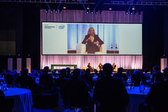 Πρόεδρος και Διευθύνων Σύμβουλος Meg Whitman HPE στη συνομιλία με άλλους διευθυντές HPE Στοκ εικόνα με δικαίωμα ελεύθερης χρήσης