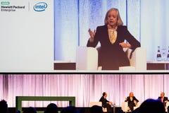 Πρόεδρος και Διευθύνων Σύμβουλος Meg Whitman HPE στη συνομιλία με άλλους διευθυντές HPE Στοκ Εικόνες