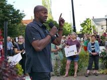 Πρόεδρος του τοπικού πλήθους διευθύνσεων NAACP στο vigil ενάντια στη συνάθροιση μίσους Charlottesville Στοκ εικόνες με δικαίωμα ελεύθερης χρήσης
