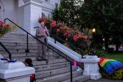 Πρόεδρος Ed Ray των πανεπιστημιακών διευθύνσεων Corvallis της Πολιτείας του Όρεγκον vigil για τα θύματα του Ορλάντο στοκ εικόνες με δικαίωμα ελεύθερης χρήσης
