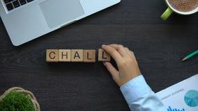 Πρόκληση, επιχειρησιακή γυναίκα που κάνει τη λέξη των κύβων, στρατηγική εργασίας, τρόπος στην επιτυχία απόθεμα βίντεο