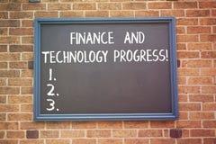 Πρόοδος χρηματοδότησης και τεχνολογίας κειμένων γραψίματος λέξης Επιχειρησιακή έννοια για τις οικονομικές επιχειρησιακές στρατηγι στοκ φωτογραφία