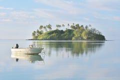 Πρόσδεση αλιευτικών σκαφών πέρα από τα ήρεμα νερά στη λιμνοθάλασσα Rarotonga Γ Muri Στοκ Φωτογραφίες