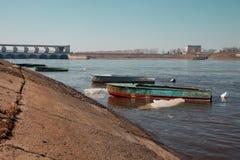 Πρόσδεση βαρκών στον ποταμό του Βόλγα Uglich Το φράγμα του άνθρακα λ. στοκ φωτογραφίες