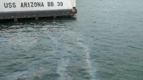 Πρόσδεση για τα uss Αριζόνα και μια γυαλάδα πετρελαίου στην επιφάνεια του νερού στοκ εικόνες