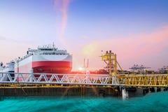 Πρόσδεση σκαφών στο λιμένα κατά μήκος της πλευράς στη θάλασσα ή το λιμάνι στοκ εικόνες