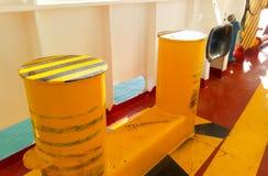 Πρόσδεση στις γέφυρες ενός βιομηχανικού θαλάσσιου λιμένα στοκ εικόνα
