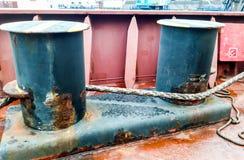 Πρόσδεση στις γέφυρες ενός βιομηχανικού θαλάσσιου λιμένα στοκ φωτογραφίες