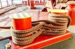 Πρόσδεση στις γέφυρες ενός βιομηχανικού θαλάσσιου λιμένα στοκ φωτογραφία με δικαίωμα ελεύθερης χρήσης