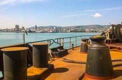 Πρόσδεση στις γέφυρες ενός βιομηχανικού θαλάσσιου λιμένα στοκ φωτογραφία