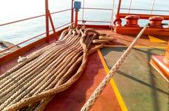 Πρόσδεση στις γέφυρες ενός βιομηχανικού θαλάσσιου λιμένα στοκ εικόνες