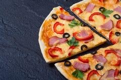 πρόσθεσε όλη την εύκολα editable eps8 pepperoni στρωμάτων αρχείων πίτσα χωριστή Στοκ εικόνες με δικαίωμα ελεύθερης χρήσης