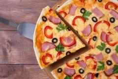 πρόσθεσε όλη την εύκολα editable eps8 pepperoni στρωμάτων αρχείων πίτσα χωριστή Στοκ Φωτογραφία