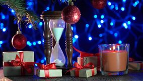 πρόσθετα Χριστούγεννα μορφής ανασκόπησης οικολογικός ξύλινος διακοσμήσεων Χριστουγέννων Δέντρο του FIR, λάμποντας κεριά, δώρα και απόθεμα βίντεο