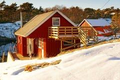 Πρόσθετο ξύλινο πεζούλι με τα σκαλοπάτια στο κόκκινο εξοχικό σπίτι Στοκ Εικόνα