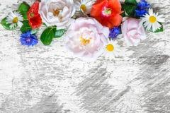 Πρόσκλησης ή επετείου ή καρτών ημέρας μητέρων ` s που διακοσμείται πρότυπο ευχετήριων καρτών γαμήλιας με τα λουλούδια Στοκ φωτογραφία με δικαίωμα ελεύθερης χρήσης