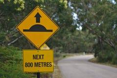 Πρόσκρουση ταχύτητας μπροστά σε 800 μέτρα σημαδιών απεικόνιση αποθεμάτων