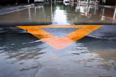 Πρόσκρουση ταχύτητας σε μια πλημμυρισμένη οδό Στοκ Εικόνες