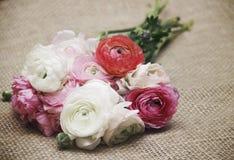 1 πρόσκληση καρτών Ανθοδέσμη των λουλουδιών burlap στο αναδρομικό ύφος Στοκ Φωτογραφία