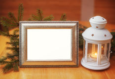 Πρόσκληση καρτών Χριστουγέννων με έναν κάτοχο πλαισίων και κεριών, θέση Στοκ φωτογραφία με δικαίωμα ελεύθερης χρήσης