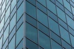 Πρόσοψη ένα πολυόροφο κτίριο του γυαλιού με την ελλειπτική βασική μορφή και των δειγμένων ακρών με το ξενοδοχείο Στοκ Εικόνα