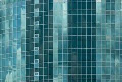 Πρόσοψη ένα πολυόροφο κτίριο του γυαλιού με την ελλειπτική βασική μορφή και των δειγμένων ακρών με το ξενοδοχείο Στοκ Εικόνες