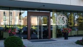 Πρόσοψη γυαλιού ενός σύγχρονου κτιρίου γραφείων με το λογότυπο της General Electric Εκδοτική τρισδιάστατη απόδοση Στοκ Φωτογραφία