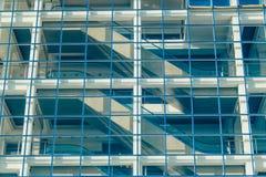 Πρόσοψη γυαλιού ενός σύγχρονου κτηρίου με την κυλιόμενη σκάλα Στοκ εικόνα με δικαίωμα ελεύθερης χρήσης
