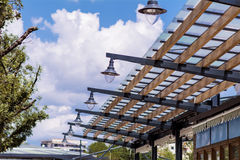 Πρόσοψη γυαλιού υψηλής τεχνολογίας με τους λαμπτήρες οδών Στοκ εικόνες με δικαίωμα ελεύθερης χρήσης