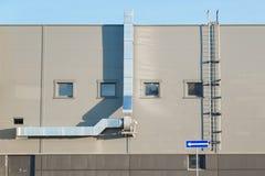 Πρόσοψη ενός βιομηχανικού κτηρίου με τον εξαερισμό Στοκ Εικόνες