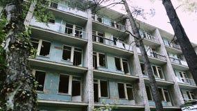 Πρόσοψη ενός εγκαταλειμμένου κτηρίου Σχεδόν καταρρεσμένος και φραγμός πόλεων Σχέδιο βανδαλισμού Παλαιό κτήριο για την κατεδάφιση απόθεμα βίντεο
