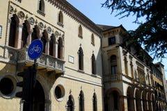 Πρόσοψη ενός κομψού κτηρίου σε Πάδοβα στο Βένετο (Ιταλία) Στοκ εικόνα με δικαίωμα ελεύθερης χρήσης
