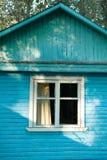 Πρόσοψη ενός μπλε θερινού σπιτιού θερινών σανίδων με ένα παράθυρο στοκ εικόνα με δικαίωμα ελεύθερης χρήσης