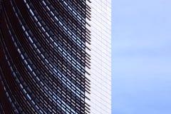 Πρόσοψη ενός ουρανοξύστη με την κατασκευή μετάλλων στοκ φωτογραφία