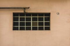 Πρόσοψη ενός παλαιού κτηρίου με το σπίτι παραθύρων και βαθμίδων μετάλλων num στοκ εικόνα με δικαίωμα ελεύθερης χρήσης