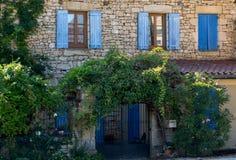 Πρόσοψη ενός παλαιού σπιτιού πετρών με τα ξύλινα παραθυρόφυλλα σε Carlux Κοιλάδα Dordogne, Aquitaine, στοκ φωτογραφία με δικαίωμα ελεύθερης χρήσης