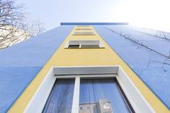 Πρόσοψη ενός σπιτιού διαμερισμάτων Στοκ φωτογραφίες με δικαίωμα ελεύθερης χρήσης