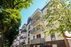 Πρόσοψη ενός σύγχρονου κατοικημένου κτηρίου στο κέντρο πόλεων Στοκ φωτογραφίες με δικαίωμα ελεύθερης χρήσης