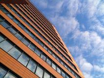 Πρόσοψη ενός σύγχρονου κτηρίου ενάντια στον ουρανό, την επιχείρηση και την αστική αρχιτεκτονική Στοκ Εικόνα