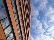 Πρόσοψη ενός σύγχρονου κτηρίου ενάντια στον ουρανό, την επιχείρηση και την αστική αρχιτεκτονική Στοκ φωτογραφία με δικαίωμα ελεύθερης χρήσης