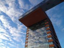 Πρόσοψη ενός σύγχρονου κτηρίου ενάντια στον ουρανό, την επιχείρηση και την αστική αρχιτεκτονική Στοκ Εικόνες