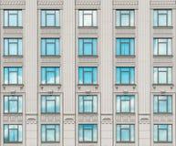Πρόσοψη ενός σύγχρονου συγκεκριμένου κτηρίου με τα παράθυρα Στοκ Φωτογραφία