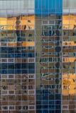 Πρόσοψη ενός τοίχου γυαλιού ενός σύγχρονου κτηρίου με την αντανάκλαση ενός άλλου κτηρίου Στοκ Εικόνες