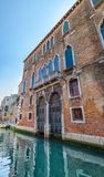 Πρόσοψη ενός τούβλινου σπιτιού στη Βενετία, Ιταλία Στοκ Εικόνα