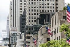 Πρόσοψη η μεγάλη Apple ΑΜΕΡΙΚΑΝΙΚΩΝ κτηρίων πόλεων της Νέας Υόρκης αμερικανικών σημαιών Στοκ Εικόνα
