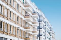 Πρόσοψη κατοικημένου κτηρίου, σύγχρονες πολυκατοικίες Στοκ φωτογραφίες με δικαίωμα ελεύθερης χρήσης