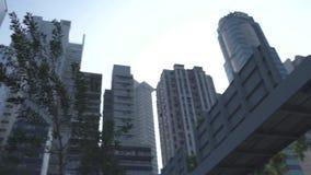 Πρόσοψη κτιρίου γραφείων και ουρανοξυστών με το παράθυρο γυαλιού στην κάτω πόλη Άποψη επιχειρησιακής οικοδόμησης προσόψεων γυαλιο απόθεμα βίντεο